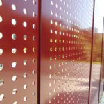 Sichtschutzwand mit Lochblech, verzinkt und lackiert rot