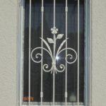 Fenstergitter mit Blumenmotiv, verzinkt und pulverbeschichtet weiss